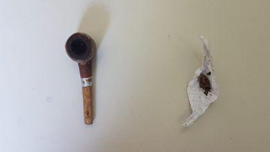Dentro da casa a PM encontrou uma trouxinha de maconha e um cachimbo jogados no chão próximo da mesa   Foto: Divulgação